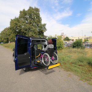 Zdvíhacia plošina do auta pre handicapované osoby