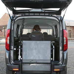 Bezbarierové vozidlo pre vozičkára - zložená rampa
