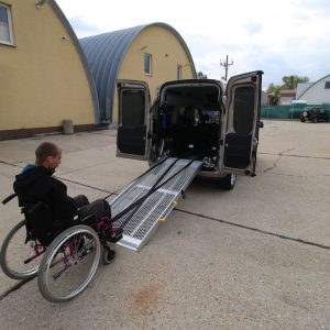 Elektrický navijak na nadkladanie voziičkára do zadnej časti automobilu
