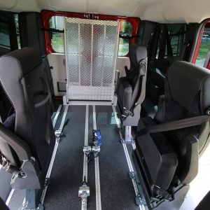 Vnútro auto s mechanickou rampou pre vozičkára